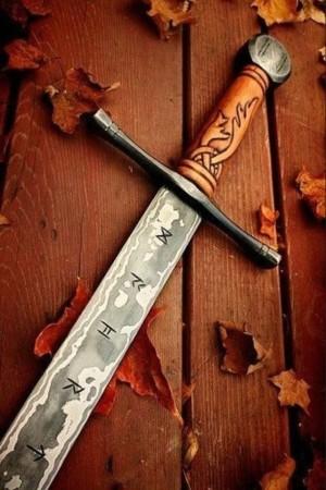 espada celta con runas