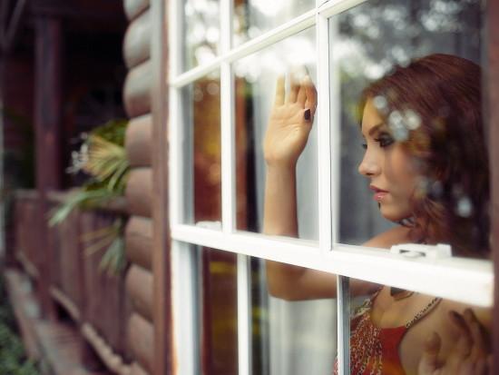 fotos-de-mujeres-asomada-ventana-lindos-ojos